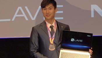 「LAVIE Note NEXT」の発表会でアスリート飯塚翔太選手とトークセッション