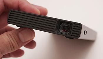 iPhoneにつないで「5秒」で大画面! ソニーのモバイルプロジェクター「MP-CD1」を試してみた