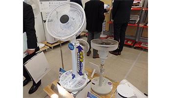 国内初の自動昇降機能搭載、電響社の扇風機